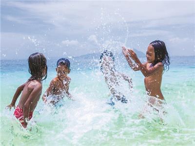 الأطفال فى مدينة بويلالى بالسباحة فى إحدى البحيرات العامة لغسل الذنوب