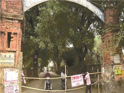 عمال بلدية مدينة الله آباد الهندية يغلقون منطقة ظهرت فيها إصابات بكوفيد-19