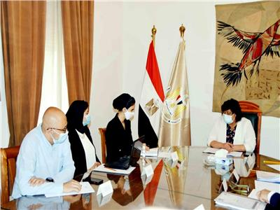 جانب من اجتماع وزيرة الثقافه مع مجلس أمناء مؤسسة حياة كريمة