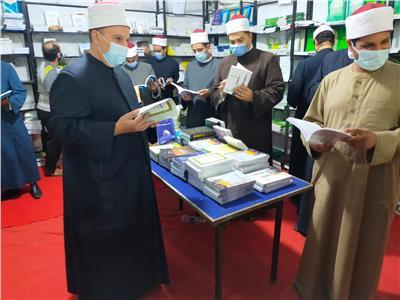 إقبال كثيف على إصدارات وزارة الأوقاف بمعرض فيصل التاسع للكتاب بالجيزة