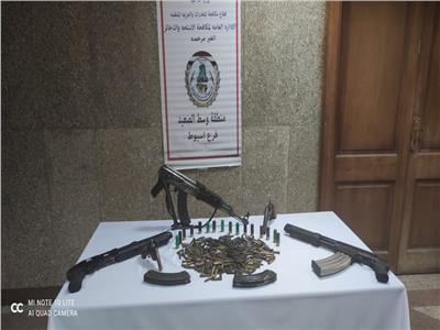 ٥ قطع سلاح آلية وكمية من الذخائر