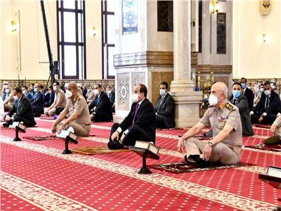 الرئيس يؤدي صلاة الجمعة بمسجد المشير طنطاوي ويلتقي عددا من كبار قادة القوات المسلحة