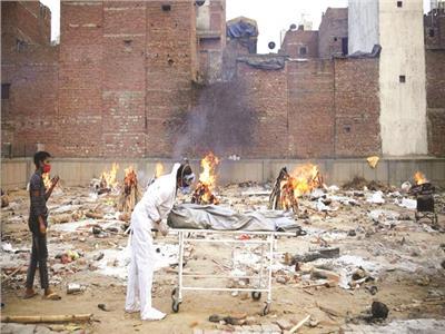 حرق جثث المتوفين بكورونا فى نيو دلهى