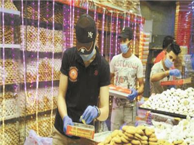 إقبال كبير من المواطنين على شراء كعك العيد وسط الإجراءات الإحترازية