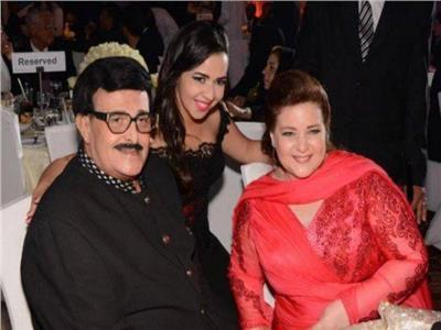 الفنان سمير غانم وزوجته الفنانة لال عبد العزيز برفقة إيمي