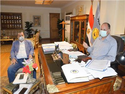 محافظ أسيوط يجتمع مع مسئولي القوى العاملة