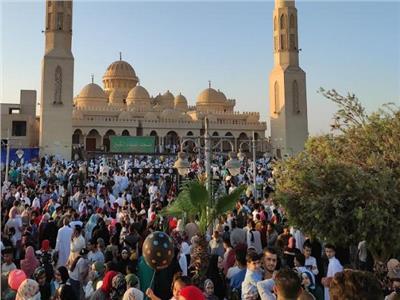 الآلاف يؤدون صلاة عيد الفطر