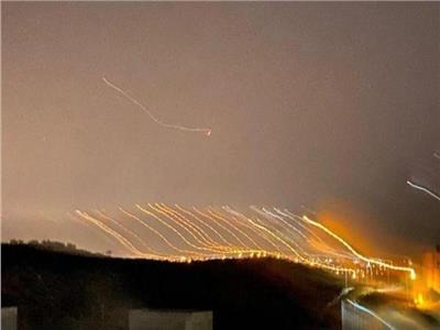 بعد الإعلان عن ضربة صاروخية كبيرة.. دوي انفجارات ضخمة في تل أبيب