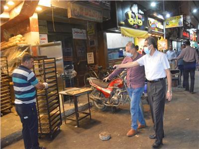 محافظ الغربية يغلق مشحمة وصالون حلاقة وورشتين في جولة بطنطا وقطور