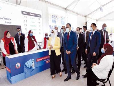 رئيس الوزراء ووزيرة الصحة خلال افتتاح المركز