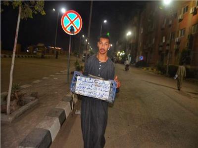 أبو سبت بلاستيك.. «البباوي» يتحدى الإعاقة ببيع التسالي