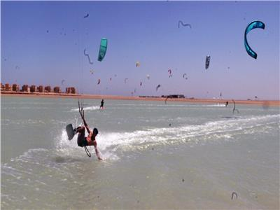 متعة ركوب الأمواج بالطائرة الشراعية من الجونة للفيوم