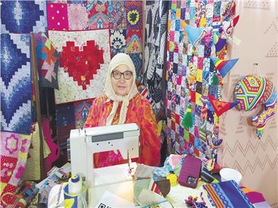 إحدى السيدات المصنعات لمفروشات واكسسوارات المنازل