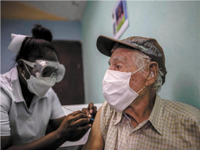 رجل يتلقي اللقاح الكوبي بمنطقة الأمار