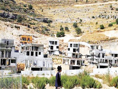 ■ إسرائيلى يتجول بمنطقة مستوطنات تحت الإنشاء بالضفة «صورة أرشيفية من رويترز»