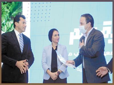 وزير الشباب والرياضة لحظة تكريم محمد الشاذلى
