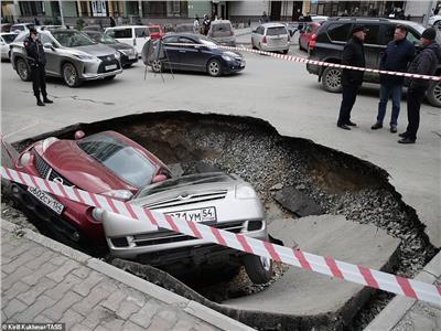 حفرة الماء الساخن تبتلع السيارات