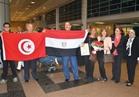 صور | لطفي بوشناق يصل القاهرة رافعا علمي مصر وتونس