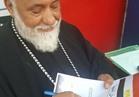 القمص إبراهيم فهمى رئيس «بيت العائلة» بالقليوبية يوقع استمارة «علشان تبنيها»
