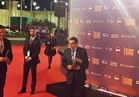 سمير صبري يداعب كاميرات الإعلام في مهرجان القاهرة السينمائي
