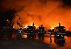الاستعانة بسيارات إطفاء بورسعيد والدقهلية للسيطرة على حريق بساحة للخردة بميناء دمياط  صور