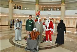 """""""بابا نويل"""" يدخل البهجة في قلوب مرضي السرطان بمستشفي الأورمان بالأقصر"""