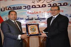 بالصور.. وزير القوى العاملة ومحافظ الغربية يتبادلان الدروع خلال ندوة «مصر أمانة بين إيديك»