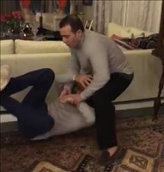 فيديو  السقا يضرب أحمد فهمي «علقة موت» في منزله