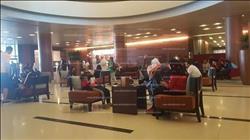 توافد المصريين وأسرهم على فندق إقامة بعثة الأهلي بالعين