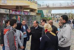محافظ الإسكندرية يزيل إعلانات الكورنيش خلال النوة تحسبا لسقوطها