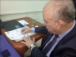 مدير مطار القاهرة يوقع استمارة تأييد السيسي
