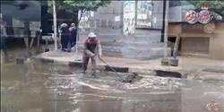 بالفيديو ..الأمطار الغزيرة تغرق شوارع القاهرة ورجال الأحياء يصرفون المياه