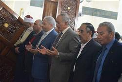 محافظ البحر الأحمر يؤدي صلاة الجمعة بمسجد الشيخ زايد بالأحياء