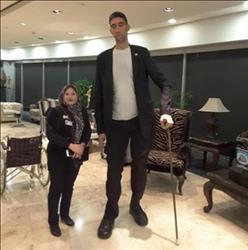أطول رجل في العالم يغادر القاهرة بعد الترويج للسياحة