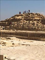 صور وفيديو| بيع «الكشري» على حجارة الأهرامات
