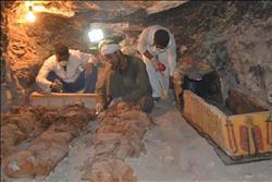 الآثار: اكتشاف 3 آبار للدفن بداخلها توابيت خشبية بأبو صير