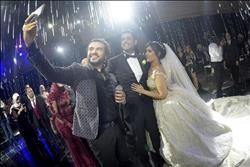 صور| سامو زين يُغني «الورد الأحمر وسواح» لـ«مازن وميرنا» في زفافهما