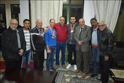 لاعبو السباحة بالشمس يهدوا إنجاز الفوز ببطولة الجمهورية لرئيس النادي