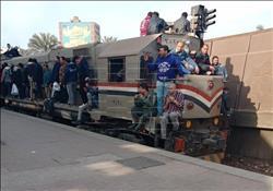 صور|«المشهد العبثي».. الركاب يتحدون الموت في «قطارات الغلابة»
