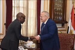 رئيس جامعة القاهرة يبحث مع سفير رواندا أوجه التعاون العلمي