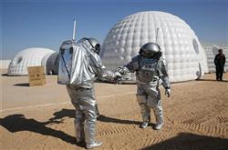 6 رواد فضاء يعيشون بـ«صحراء عمان» لمحاكاة بعثات المريخ  فيديو وصور