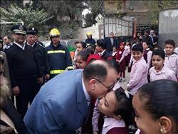 صور| مدير أمن الجيزة يوزع الهدايا على طلاب المدارس