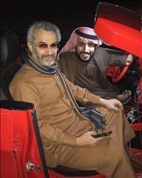 شاهد «الوليد بن طلال» في نُزهة بالسيارة بعد إطلاق سراحه