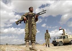 «وسط وابل من النيران»..يمني يحمل صديقه المصاب  فيديو