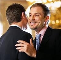 «الإتيكيت بيقولك».. عادة تقبيل الرجال بمصر «نفاق رخيص»