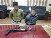 القبض على عاطلين بحوزتهما  أسلحة نارية