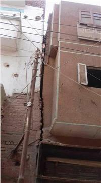 منزل مائل يهدد حياة سكان شارع الجلاء ببني مزار