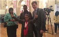 السفير البريطاني يهدى الطفلة «مروة» جائزة أكثر مصرية ملهمة