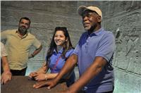 «داني جلوفر» يزور معبد فيلة بأسوان| صور