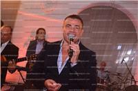صور| عمرو دياب يظهر بإطلالة شبابية بزفاف «رامي ومنة»